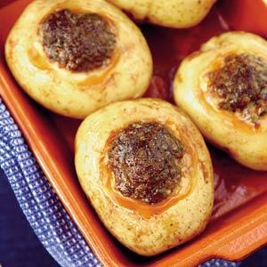 Gepofte aardappel met rulgebakken worstjes