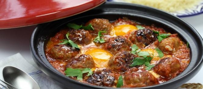 Tajine van gehaktballetjes met tomatensaus en eieren