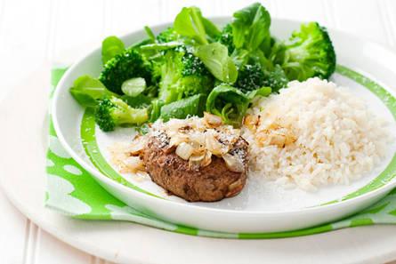 Rundertartaar met rijst en broccoli